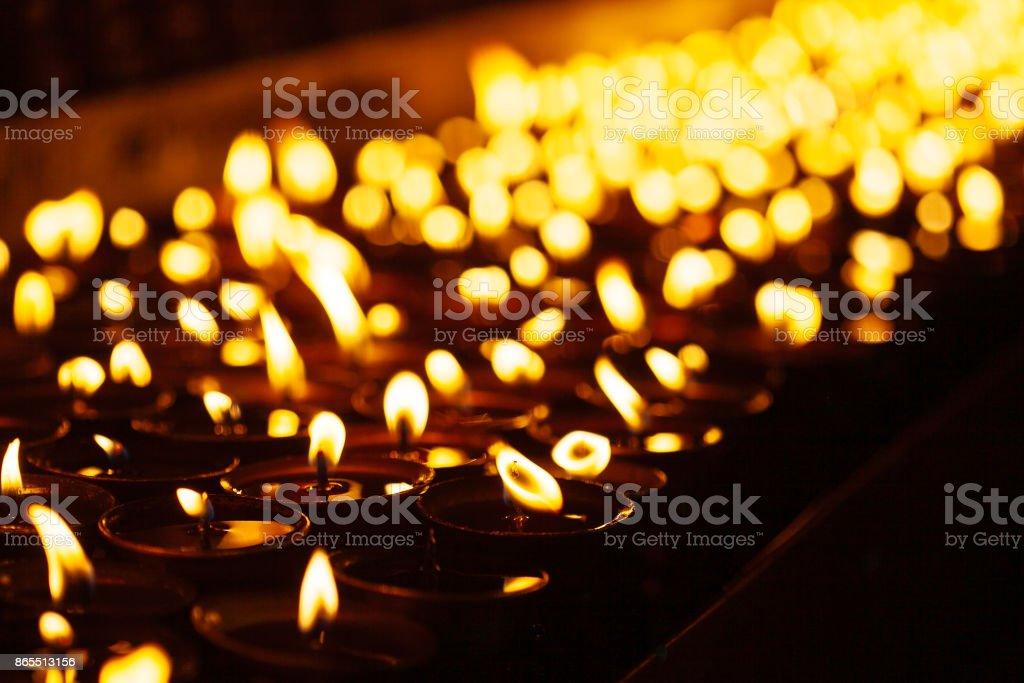 Viele Kerzen Flammen im Dunkeln leuchtend – Foto