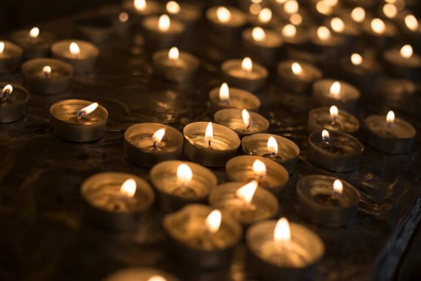 Viele Kerzen brennen in der Kirche – Foto