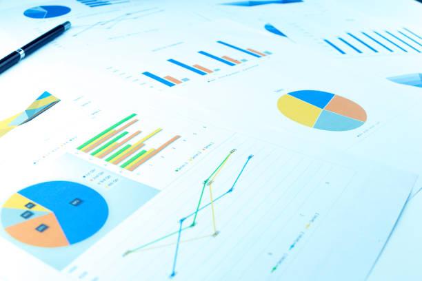 beaucoup de tableaux et de graphiques reflètent le concept de l'entreprise de collecte de données et statistique performance l'an dernier. - presse photos et images de collection