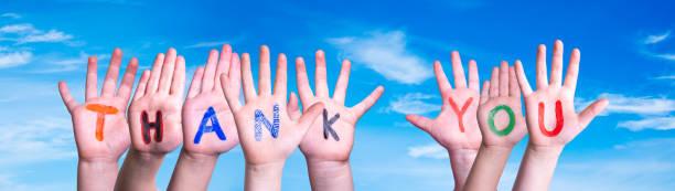 Viele Kinder Hände Gebäude Wort Danke, Blauer Himmel – Foto