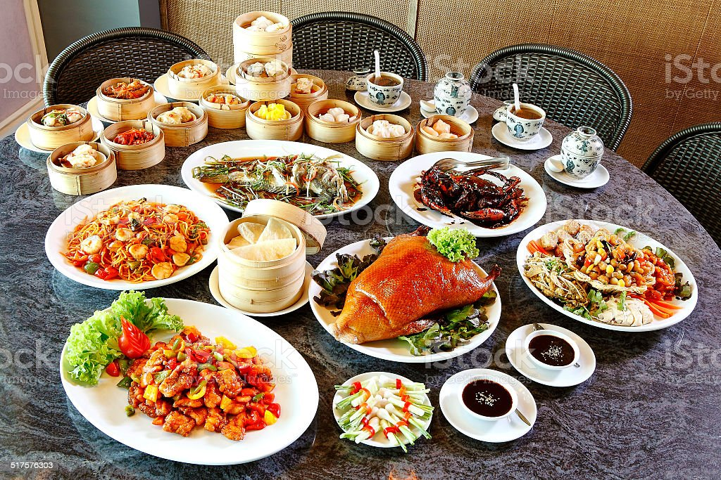 Una gran variedad de comida china en la tabla - foto de stock