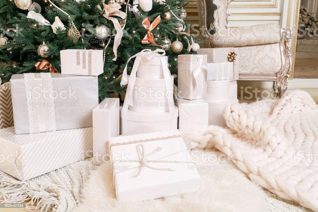 Klassische Weihnachtsgeschenke.Viele Weihnachtsgeschenke Klassische Wohnungen Mit Einem Weißen