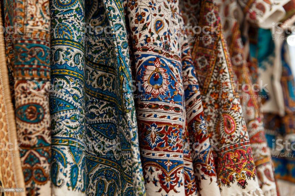 Viele bunte Teppiche für den Verkauf auf einer Straße – Foto