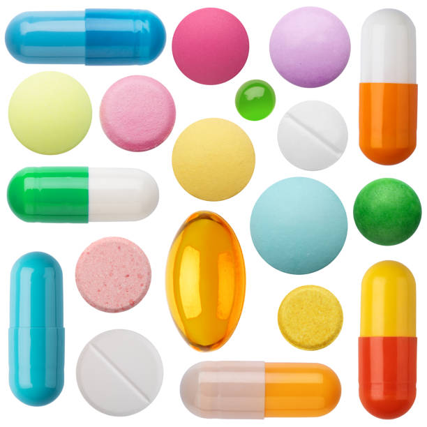 wiele kolorowych tabletek i tabletek wyizolowanych na białym. - kapsułka zdjęcia i obrazy z banku zdjęć