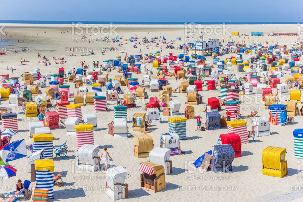 Viele bunte Zelte und Liegestühle auf der Insel Borkum in Deutschland – Foto