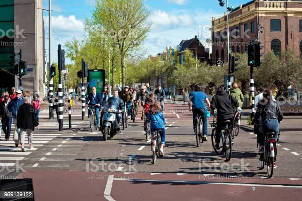 Muchos Ciclistas En La Calle De Amsterdam En Países Bajos Foto de stock y más banco de imágenes de Adulto