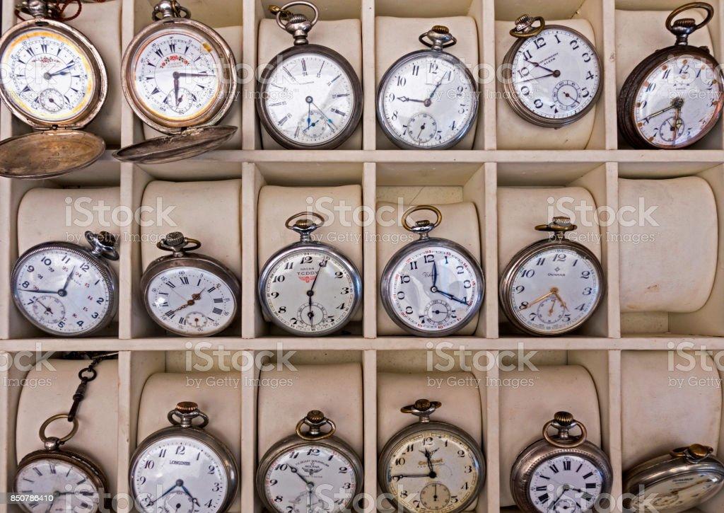 De Foto Stock Diferentes Antiguos Metal Y Relojes Muchos Pequeños j4qRA35L