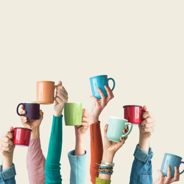 Viele verschiedene Arme erhobenen halten Kaffeetasse – Foto
