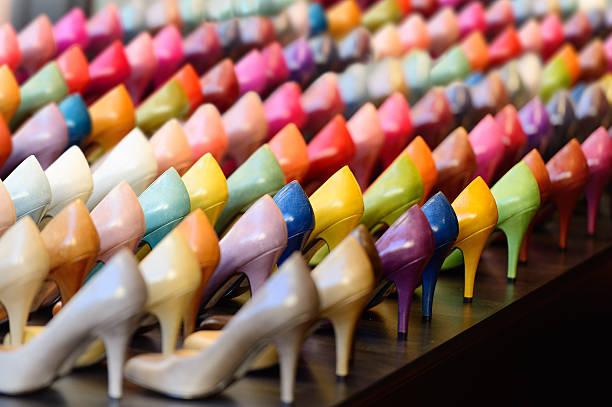 muchos diferentes colores talones en display - moda de zapatos fotografías e imágenes de stock