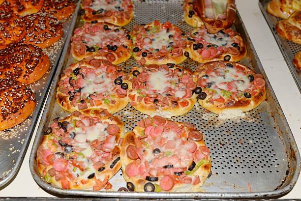 viele verschiedene desserts, kuchen, süßigkeiten und kuchen, gebäck - frucht pizza cookies stock-fotos und bilder