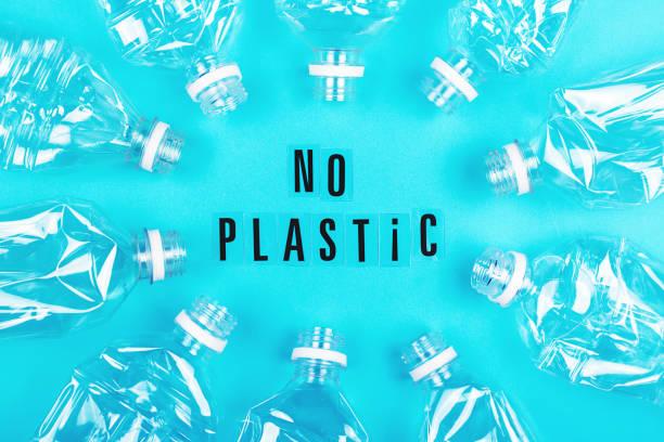 Viele leere Plastikflaschen auf blauem Hintergrund. – Foto