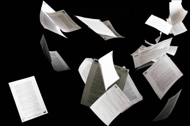 många flygande affärsdokument isolerade på svart bakgrund papper flyger i luften i affärsidé - flyga bildbanksfoton och bilder