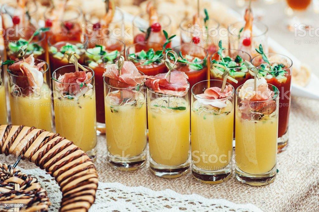 viele glas aufnahmen gelb und rot party set stock fotografie und mehr bilder von alkoholisches. Black Bedroom Furniture Sets. Home Design Ideas