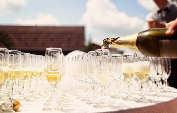 viele gläser champagner hochzeit tisch auf - bräutigam tisch stock-fotos und bilder