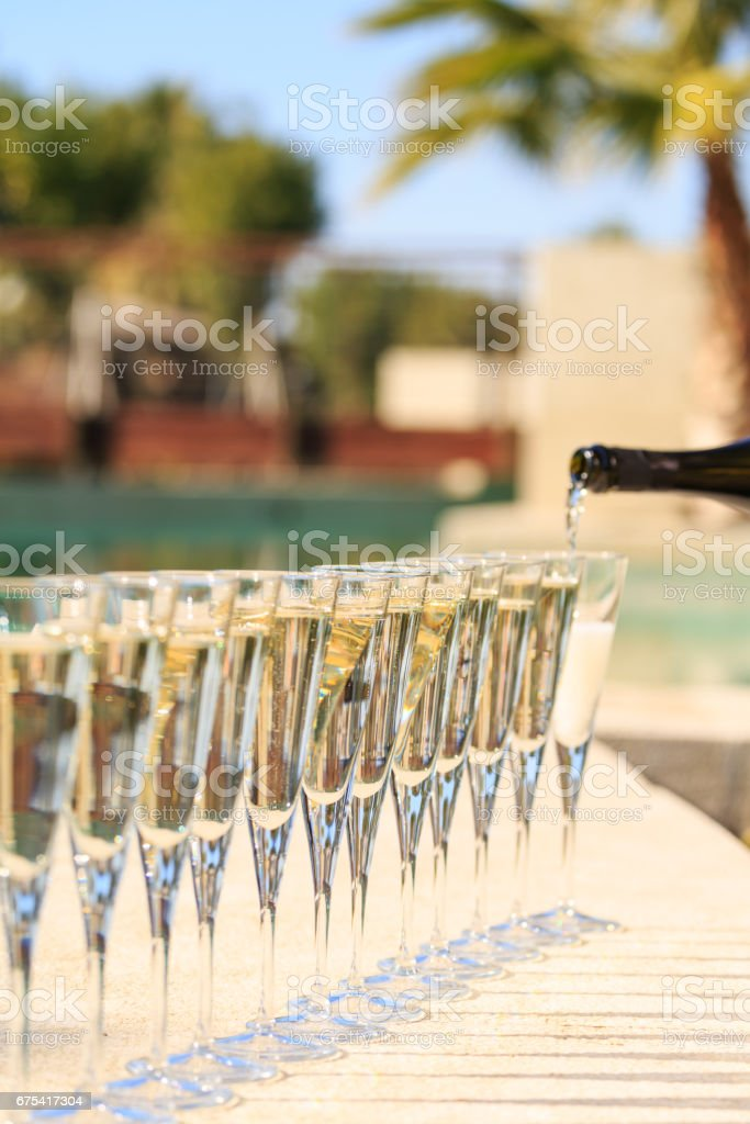 Many glasses of champagne or prosecco near resort pool in a luxury hotel. Pool party. photo libre de droits