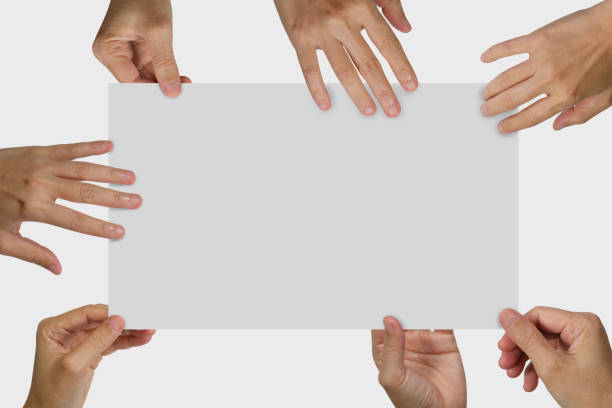viele hände halten eine weiße leere plakat - karte ziehen stock-fotos und bilder
