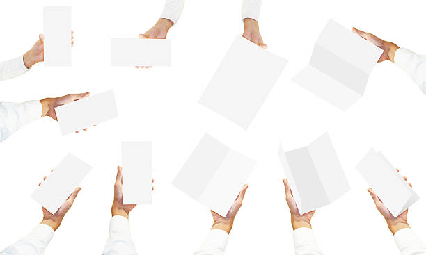 Muchas manos en camisa blanca sostiene blanco folleto flyers - foto de stock