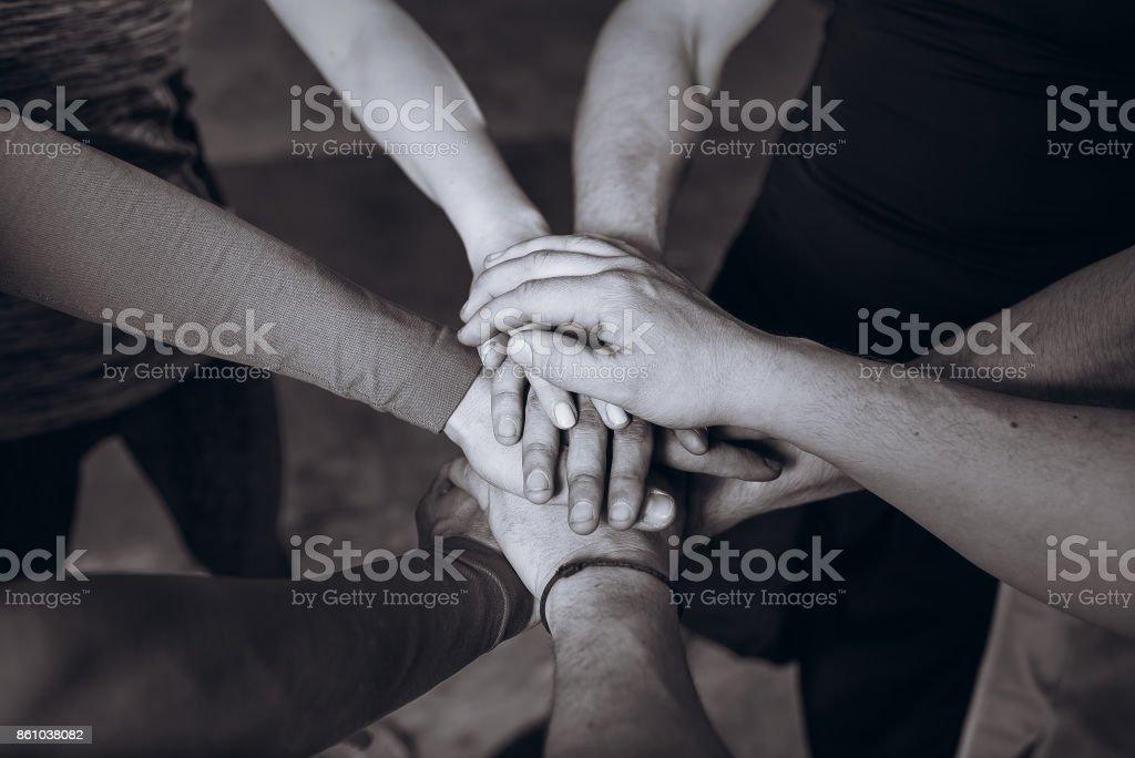 Muchas manos se unieron. Blanco y negro. Concepto de equipo. - foto de stock