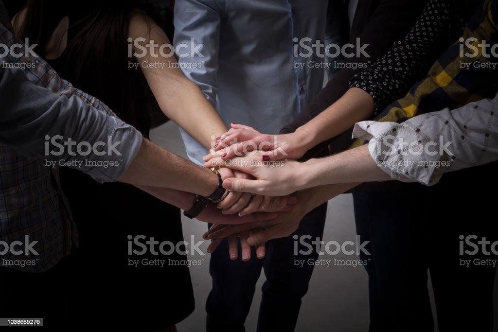 imagen de muchas manos juntas