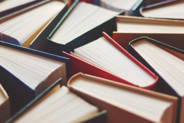 muchos libros duros antecedentes, enfoque selectivo - biblioteca fotografías e imágenes de stock
