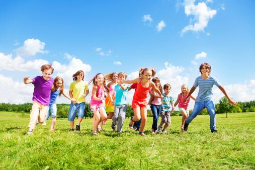 Viele Kinder Laufen Stockfoto und mehr Bilder von Aktivitäten und Sport