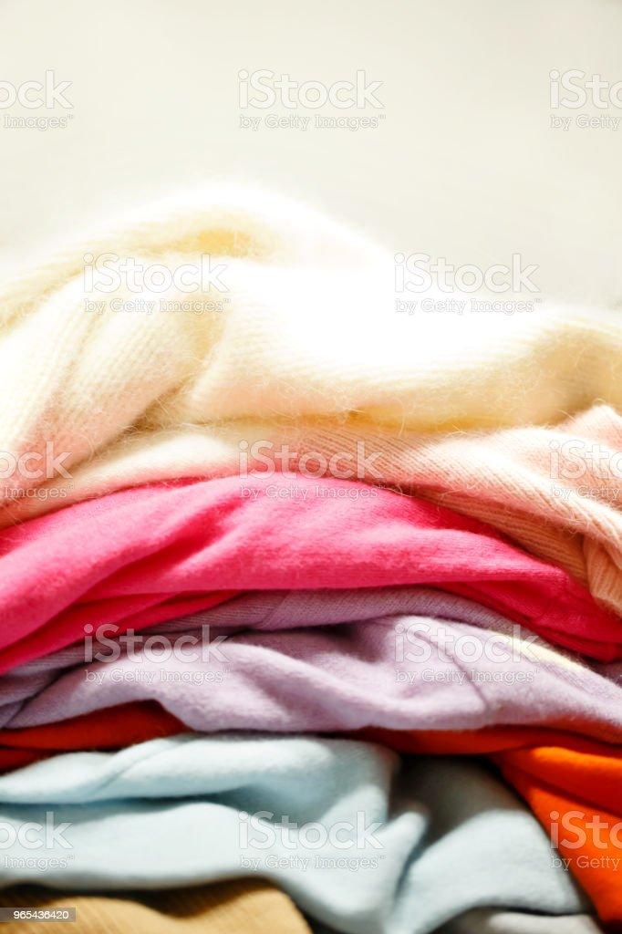 de nombreux gilets de laine tricotés. - Photo de Amonceler libre de droits