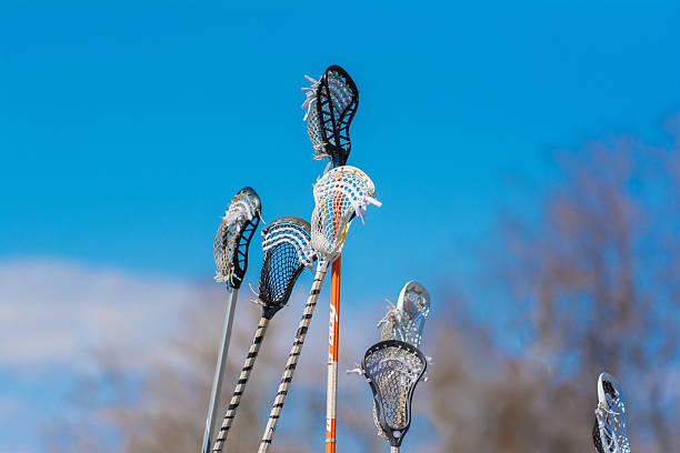 wiele lacrosse pałeczki przechowywane w powietrzu - kij do gry w lacrosse zdjęcia i obrazy z banku zdjęć