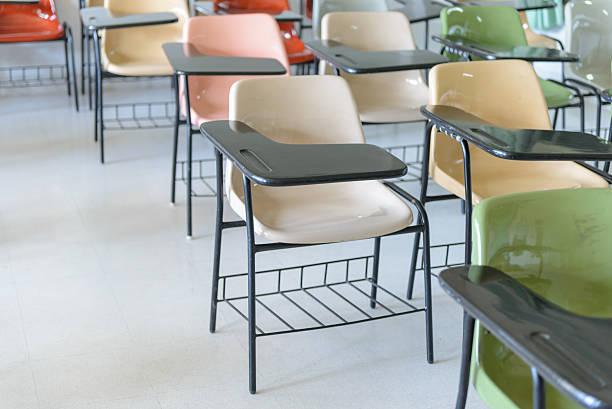 Viele Vortrag Stühlen ordentlich in leeren Klassenzimmer. – Foto
