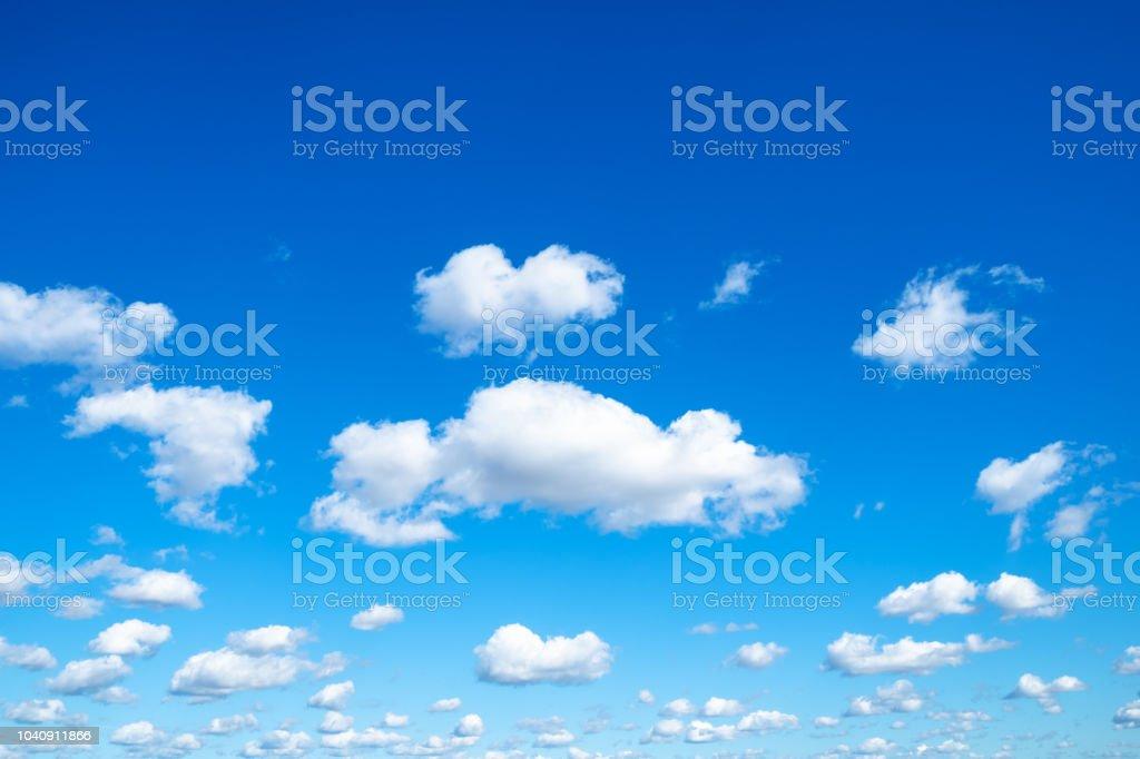 muchas pequeñas nubes mullidas en azul cielo en día soleado foto de stock libre de derechos