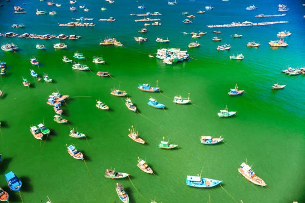 viele bunte, schöne Schiffe im Meer. Ansicht von oben – Foto