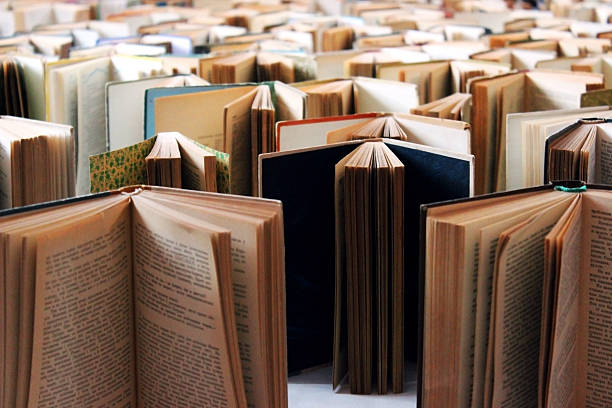 Many old books in a row - foto de stock