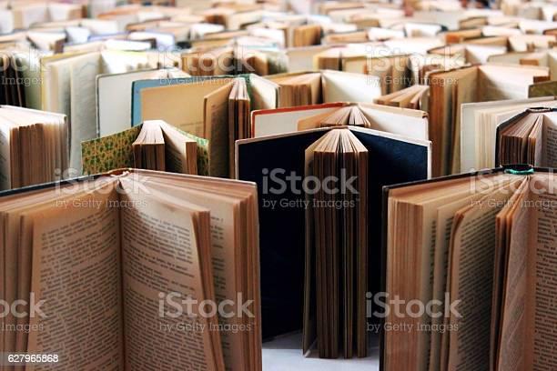 Viele Alte Bücher In Einer Reihe Stockfoto und mehr Bilder von Arbeitszimmer