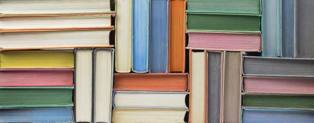 çok eski kitaplar doku içinde yığılmış - kitap stok fotoğraflar ve resimler