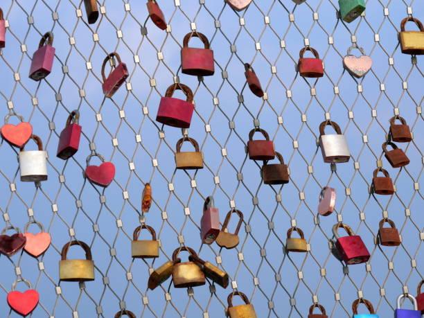 Viele Vorhängeschlösser von Liebhabern, die an Brückengeländern hängen – Foto