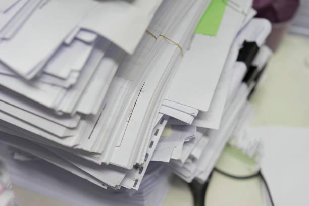 多くの紙のスタックは保管室に乱雑に横たわっていた。 - 豊富 ストックフォトと画像