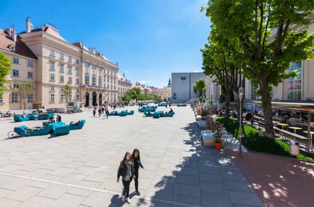 Viele Menschen genießen Sie einen sonnigen Nachmittag im Museumsquartier in Wien – Foto