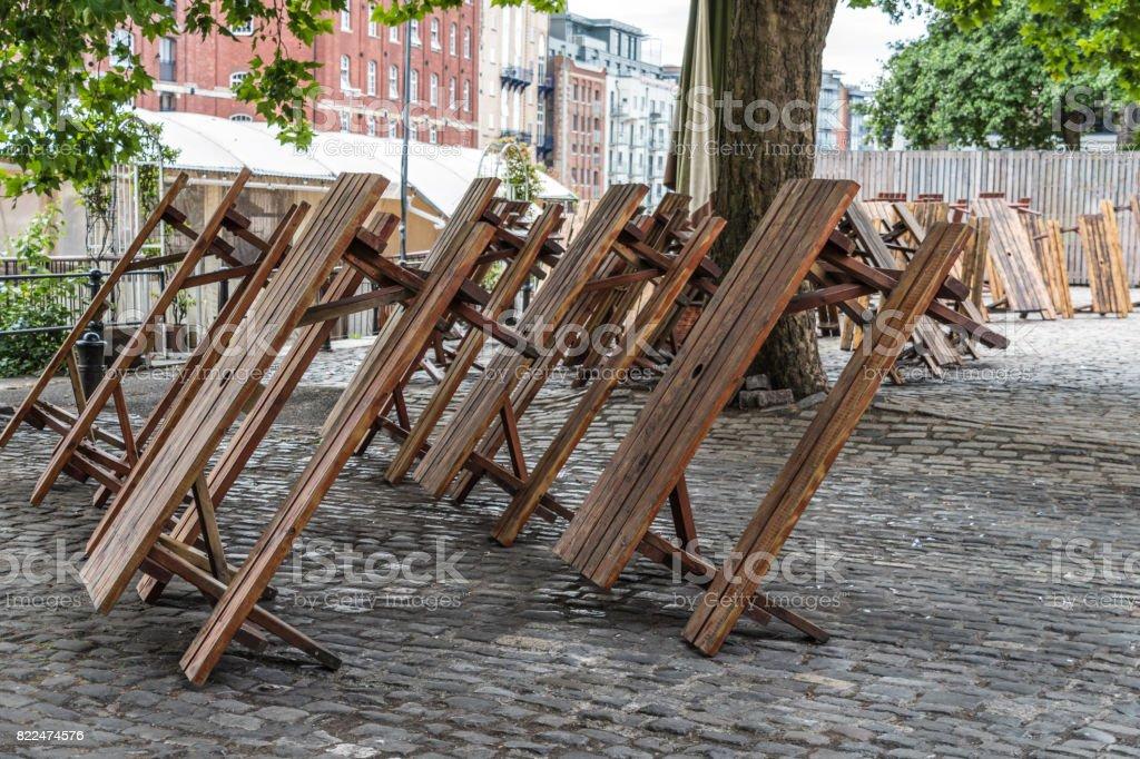 Muitas mesas de piquenique em seus lados - foto de acervo