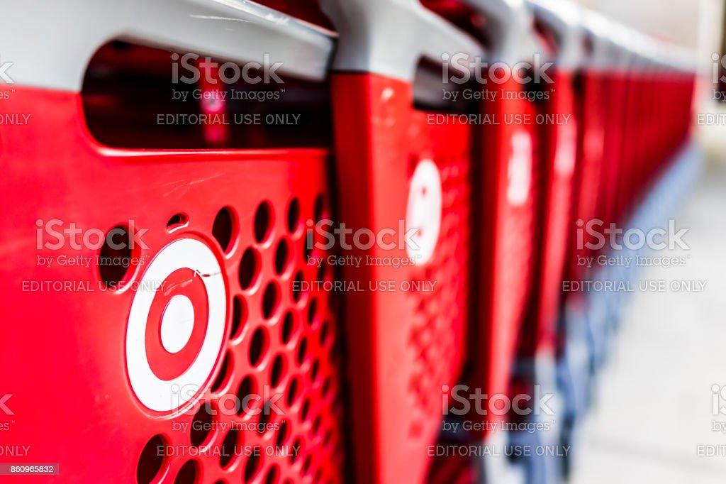 Muitas linhas de vermelho carrinhos fora por loja com closeup por alvo estacionamento de loja foto de stock royalty-free