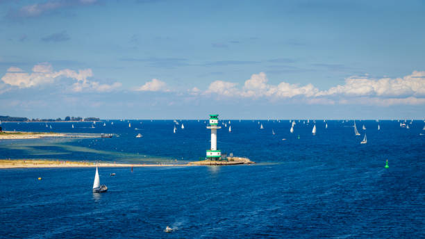 viele segelboote im hafen von kiel deutschland. das deck der fähre color fantasy entnommen, welche reisen von kiel nach oslo ist derzeit der weltweit zweitgrößte fähre kreuzfahrt - kiel stock-fotos und bilder