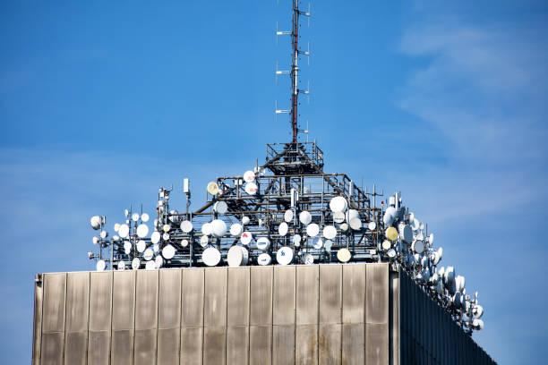 Veel satelliet gerechten en communicatie antennes foto