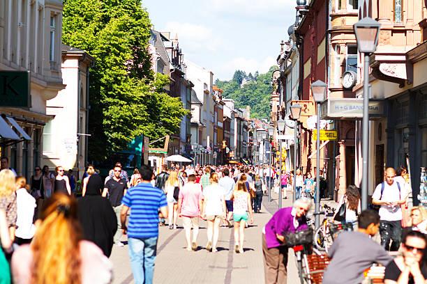 viele einkaufsmöglichkeiten personen in heidelberg im sommer - fußgängerzone stock-fotos und bilder
