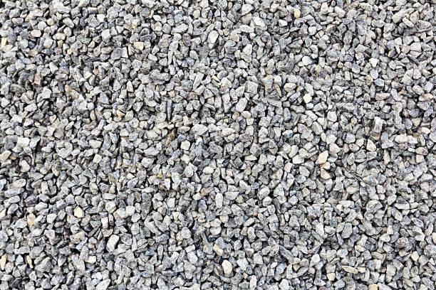 vele kleine en grijze stenen - grind stockfoto's en -beelden