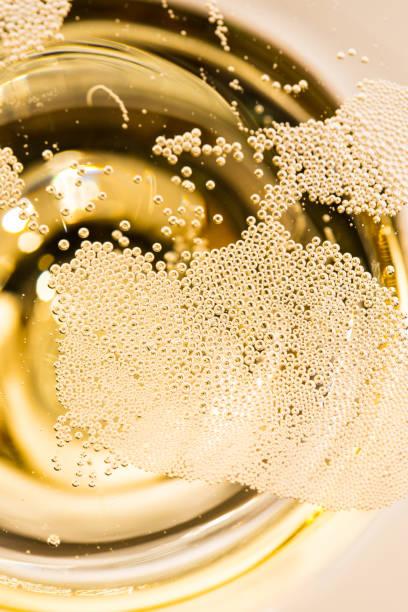 Viele kleine Blasen im Champagnerglas – Foto