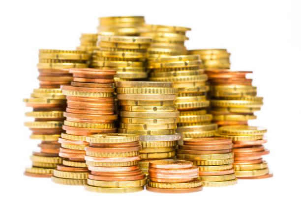 Viele Stapel von Münzen hintereinander isoliert auf weißem Hintergrund – Foto