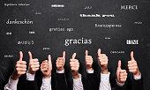 多くの言語の「ありがとう」の言葉で黒板前多くの親指