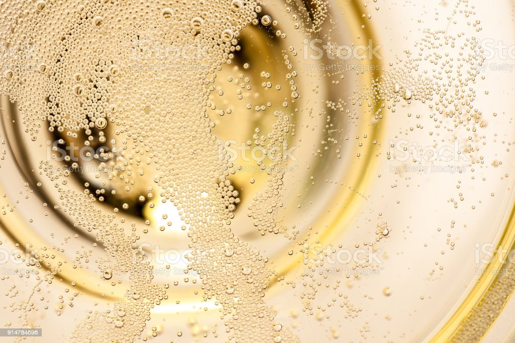 Many tiny bubbles in a champagne glass – zdjęcie