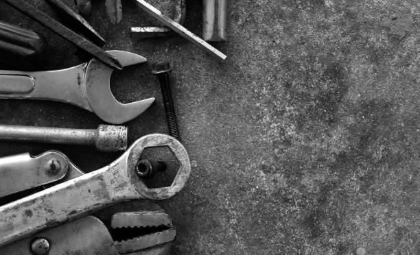 많은 흑인과 백인 사진에서 시멘트에 도구 - 양구 스패너 뉴스 사진 이미지