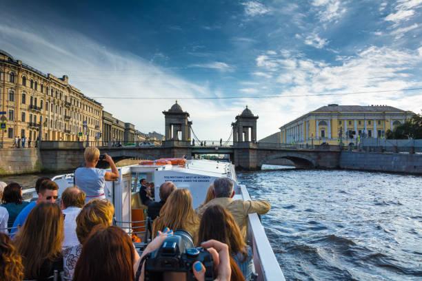 veel toeristen genieten van rondvaarten in sint-petersburg - neva stockfoto's en -beelden
