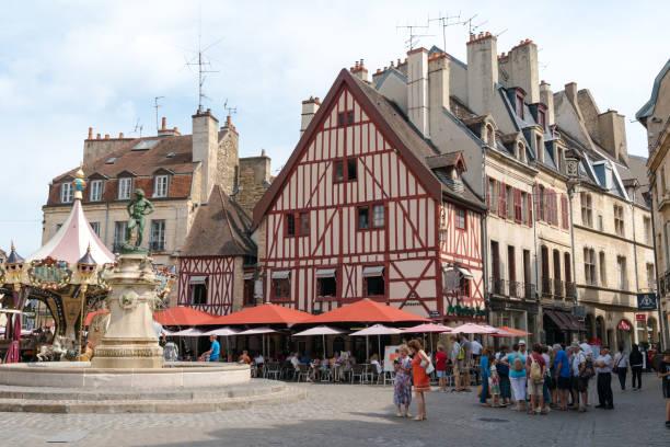 viele Touristen besuchen den Francois Rude Platz in der historischen Altstadt von Dijon – Foto