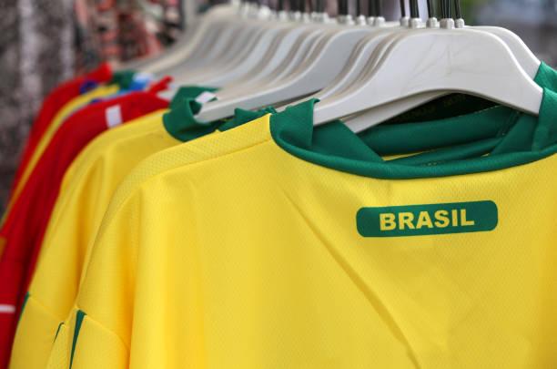 Muitos t-shirt com texto Brasil na loja - foto de acervo